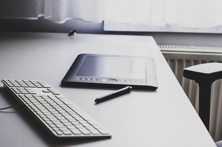 机に置かれた板タブレット