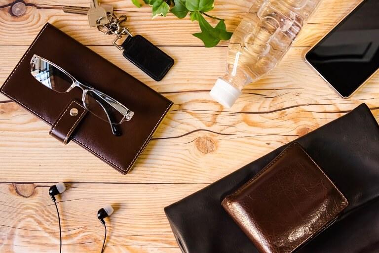 机に置かれた財布
