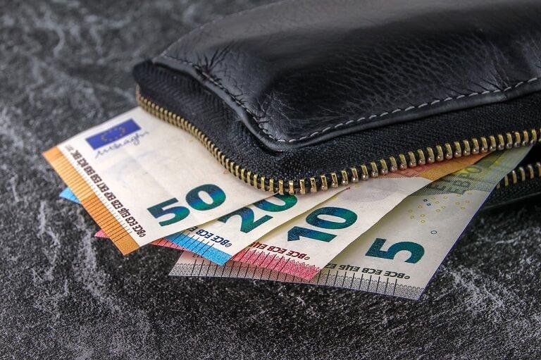 お金が入った財布