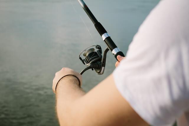 肌を露出して釣りをする人