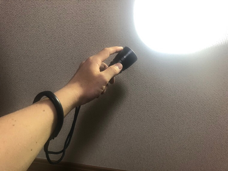 ライトで壁を照らしている