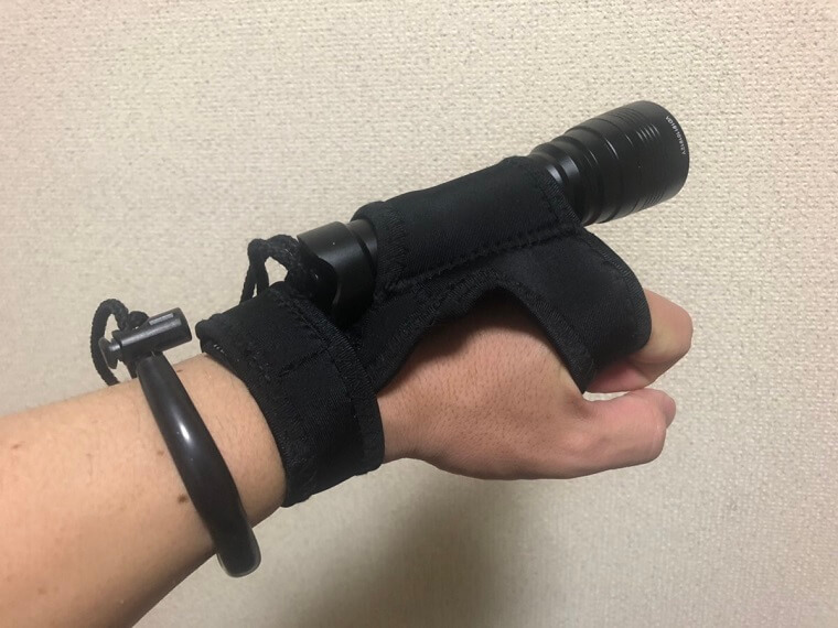 手首に固定されたハンドホルダー