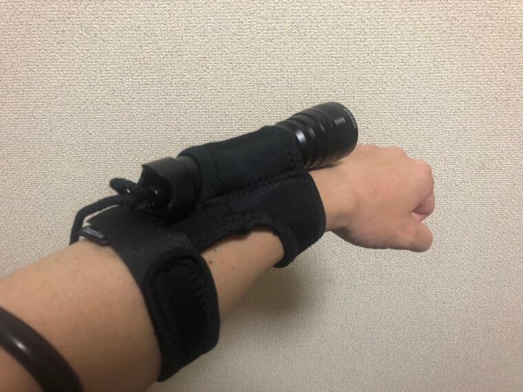 腕に固定されたハンドホルダー